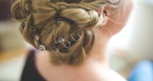 Fryzury na wesele, które nie dodają lat